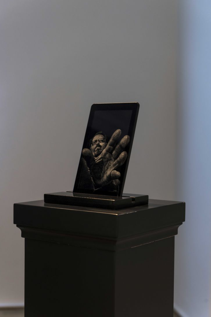 Monument to the Time Elapsed IV, 2019, engraving on LED screen, Defunct tablet, wooden base painted in Black Grey RAL7021, 127/29/29 cm; courtesy Versus Art Project